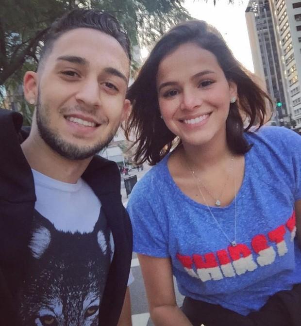 Bruna Marquezine com fã na Avenida Paulista (Foto: Reprodução/Instagram)