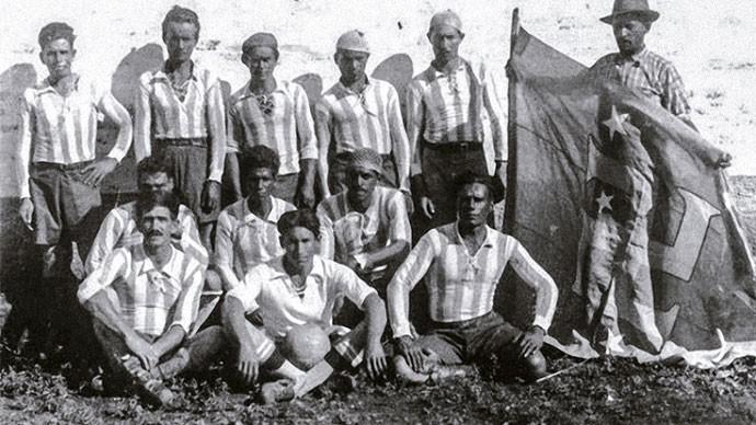 O time de futebol do Cruzeiro do Sul ergue a bandeira com o símbolo nazista (Foto: Reprodução)