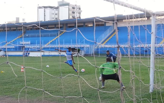 Jandyr Balotelli 'calibra o pé' em treino específico no Vitória-ES (Foto: Richard Pinheiro/GloboEsporte.com)