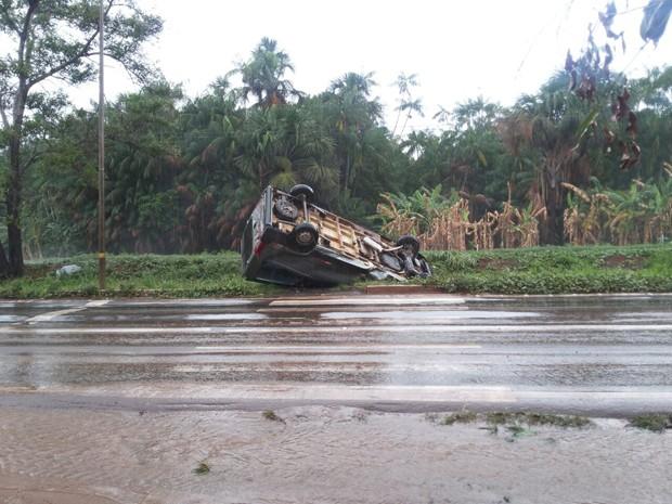 Acidente deixou quatro pessoas feridas (Foto: Julio Henriques)