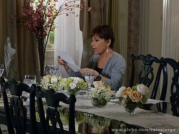 Aída fica surpresa com a revelação e já pensa na presidência da empresa (Foto: Salve Jorge/TV Globo)