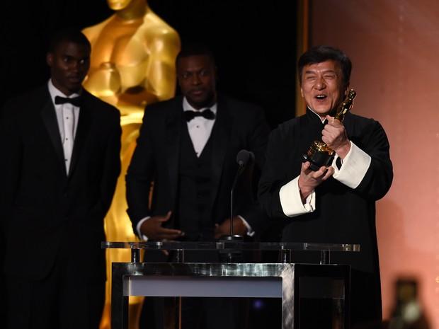 Jackie Chan discursa com o Oscar honorário nas mãos durante entrega em Los Angeles neste sábado (12) (Foto: Robyn Beck/AFP)