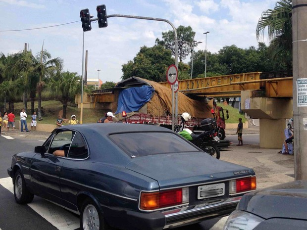 Carga de caminhão ficou enroscada em pontilhão de avenida em Sorocaba (Foto: Marcel Rodrigues/Tem Você)