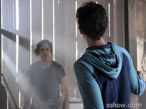 Antônio fica furioso quando descobre que Ben também está no cativeiro (Foto: Malhação/ TV Globo)