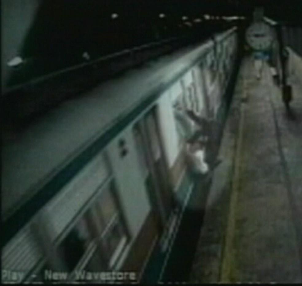 Em 2003 Flávio e Cleiton foram obrigados a pular de um trem em movimento em Mogi das Cruzes (Foto: Reprodução/TV Diário)