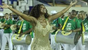 Cris Vianna recebe carinho da comunidade (Foto: Raphael Mesquita/Photo Rio News)