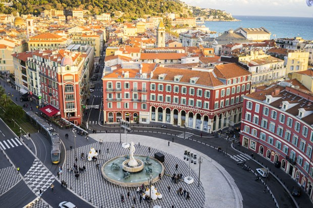 An aerial view of the Fontaine du Soleil in Place Messena, Nice. With  the new tram track and buildings of Nice and the sea in the background. (Foto: Getty Images/iStockphoto)