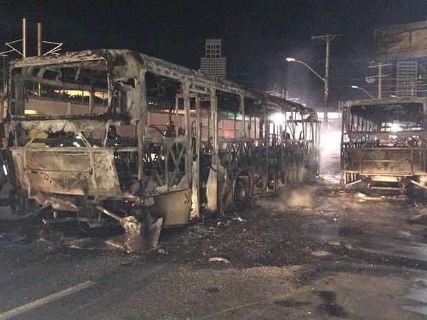 Ônibus que foram incendiados na noite desta sexta-feira (13), em Salvador (Foto: Giana Mattiazzi/Tv Bahia)