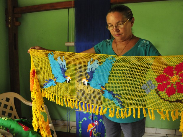 Dona Judite mostra echarpe bordado. (Foto: André Souza/ G1)
