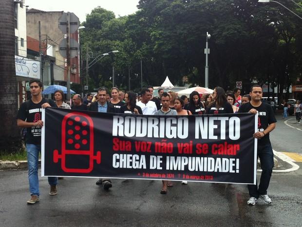 Uma faixa foi feita pelos membros do Comitê Rodrigo Neto para homenagear o repórter. (Foto: Patrícia Belo / G1)