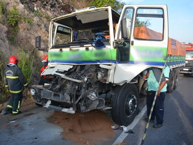 Caminhão reduziu velocidade e veículo que seguia atrás não conseguiu frear. (Foto: Walter Paparazzo/G1)