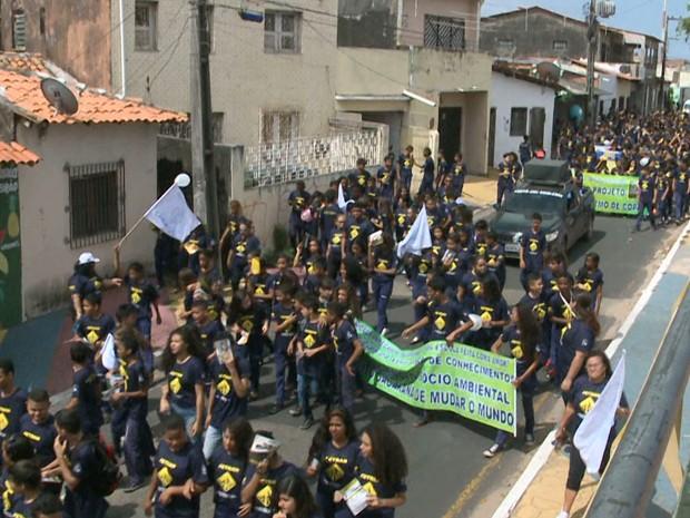 Alunos e professores realizam caminhada pela a paz em São Luís (Foto: Reprodução/TV Mirante)