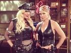 Tori Spelling e Jennie Garth usam looks sexy em programa de TV