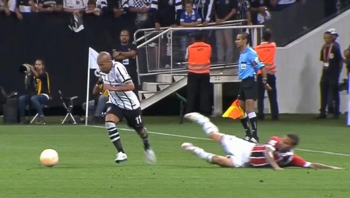 Lance entre Emerson Sheik e Bruno no clássico Corinthians x São Paulo (Foto: Reprodução SporTV)