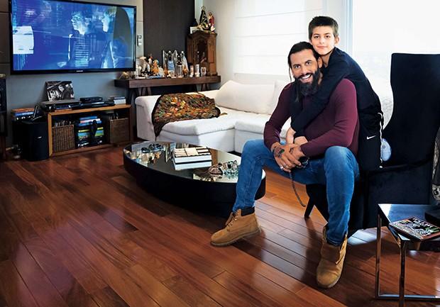 Henri Castelli e Lucas na sala do duplex onde vivem, no bairro do Morumbi, em São Paulo  (Foto:  Henri Castelli e Lucas na sala do duplex onde vivem, no bairro do Morumbi, em São Paulo )