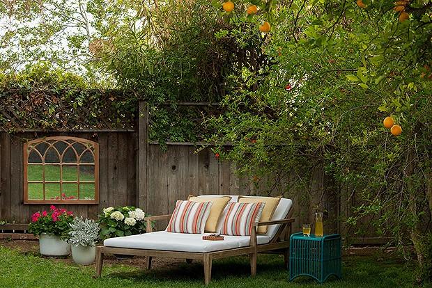 Na área externa, há ainda um cantinho bem aconchegante para descansar embaixo das árvores (Foto: Divulgação)