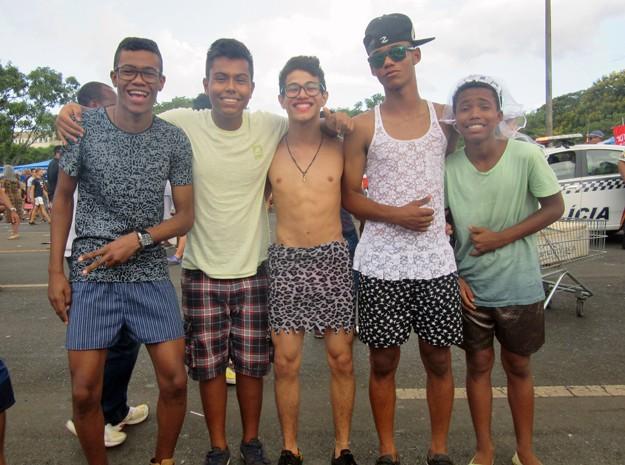 Jovens se concentram na quadra 106 do Eixão Sul (Foto: Jéssica Nascimento/G1)