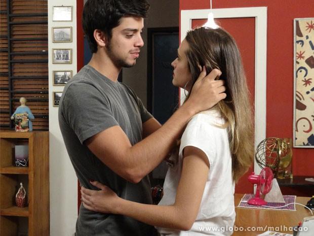 Bruno tenta convencer Fatinha a desistir de Miami (Foto: Malhação/ TV Globo)