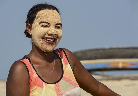 Uma jovem da etnia Vezo com sua máscara facial masonjoany feita com pó de madeira da tamarindeira  (Foto: © Haroldo Castro/ÉPOCA)