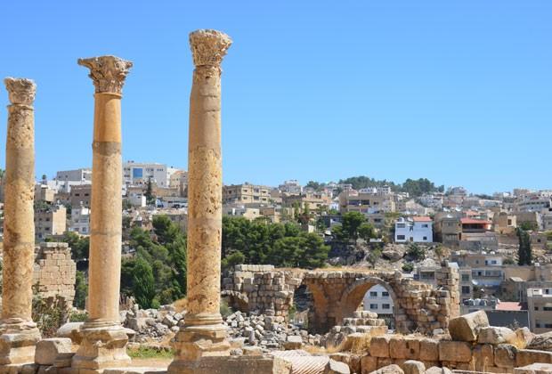 As ruínas romanas de Jerash são consideradas as mais bem preservadas fora da Itália; ao fundo, a cidade moderna de Jerash, no norte da Jordânia (Foto: Juliana Cardilli/G1)
