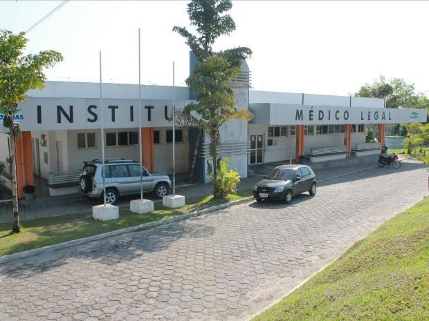 Corpo da vítima seguiu para o IML, na Zona Norte de Manaus (Foto: Adneison Severiano/G1 AM)