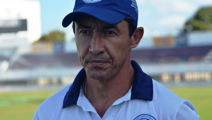 Betinho, técnico do Confiança (Foto: Felipe Martins/GloboEsporte.com)