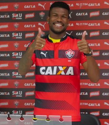 Geferson lateral do Vitória é apresentado (Foto: R. Santin / EC Vitória)