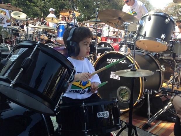 Pedro é baterista desde o 1º ano de idade (Foto: Carolina Dantas/G1)