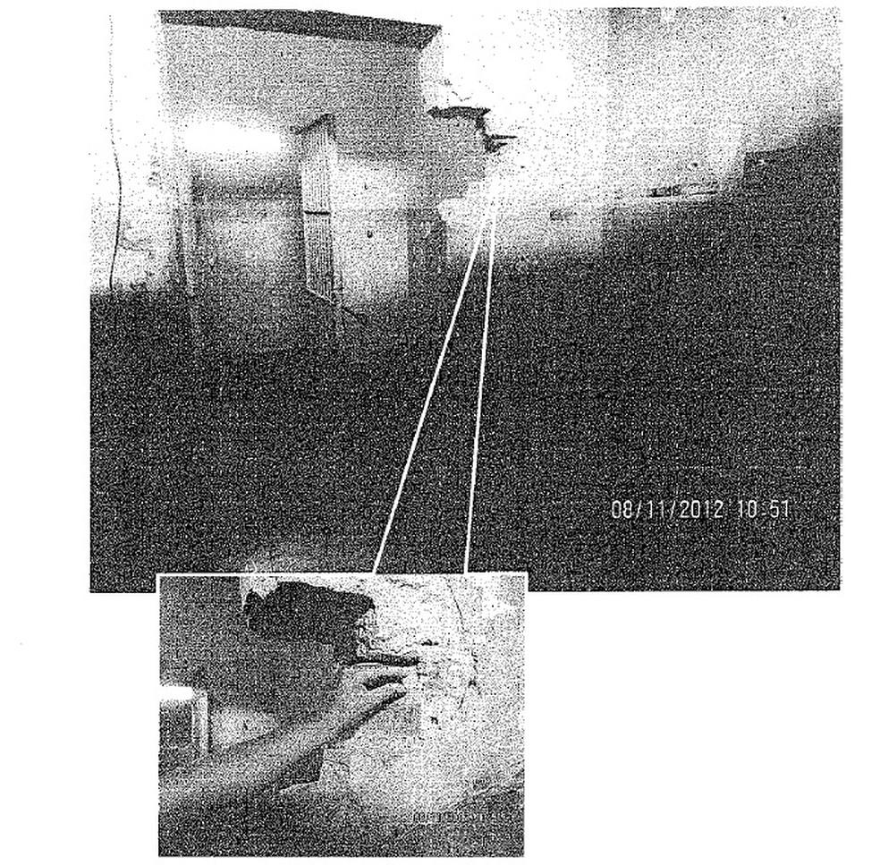 Fotos anexadas à ação mostram cela sem grade com parede de tijolo deteriorada (Foto: Reprodução/Justiça do Paraná)