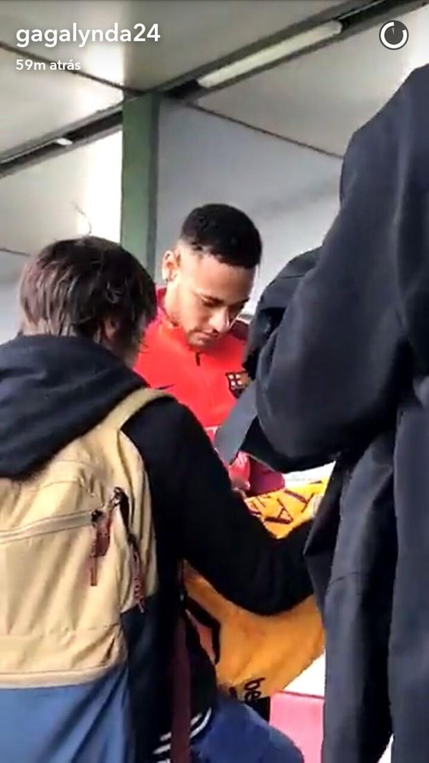 Neymar atendendo fãs em Barcelona (Foto: Reprodução/Snapchat)
