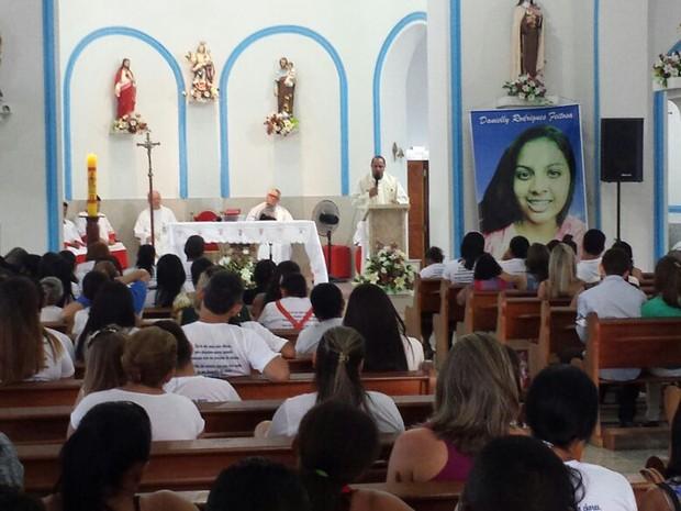 Familiares e amigos se reúnem em missa de um mês de Danielly (Foto: Ronaldo Mota/PortalCastelo.com)