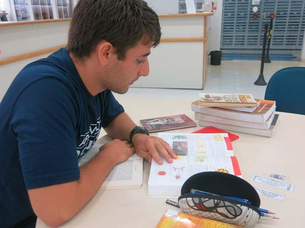 José Paulo de Assis Andrade estudando no cursinho pré-vestibular (Foto: Mariane Rossi/G1)