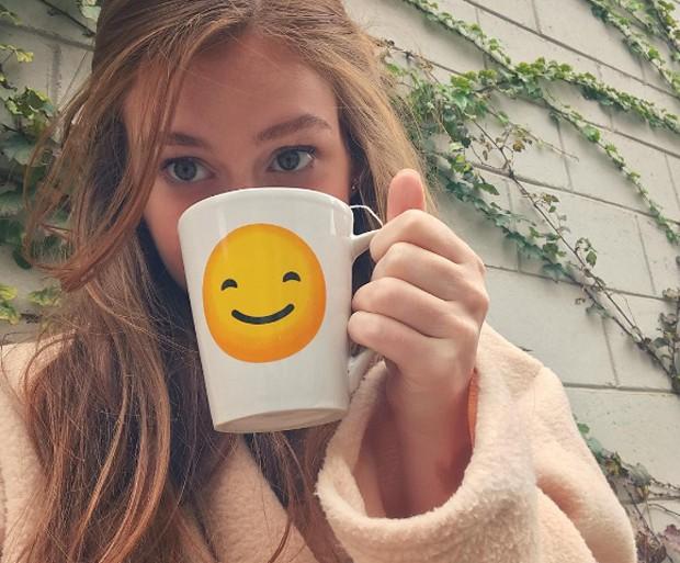 Marina Ruy Barbosa espanta o frio com chá e roupa em set de gravação