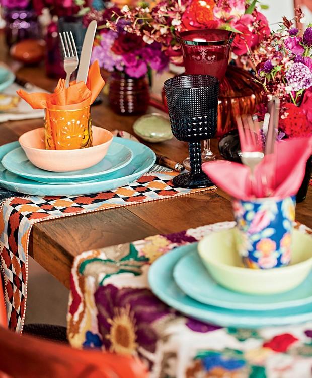 Uma ideia simples e com um efeito surpreendente é misturar pratos, tigelas e taças de diferentes cores. Use copinhos decorados e com texturas diferentes para acomodar os talheres. Jogos americanos estampados finalizam a produção e trazem mais charme à mes (Foto: Elisa Correa/Editora Globo)