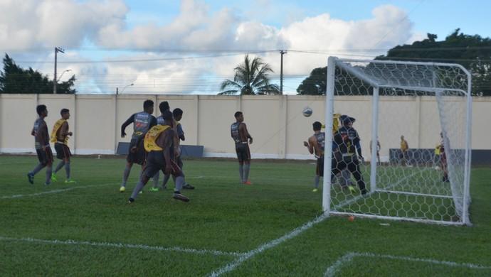 Genus treina para jogo contra o Ji-Paraná (Foto: Lívia Costa)
