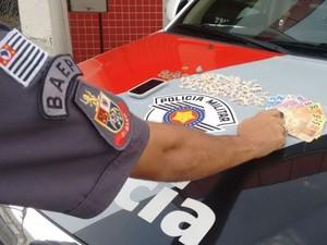 Jovem de 18 anos é preso por tráfico de drogas em Jacareí, SP (Foto: Divulgação/Polícia Militar)