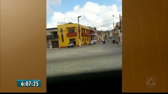 Vídeo mostra dupla saindo de agência e atirando para o alto na Paraíba; veja