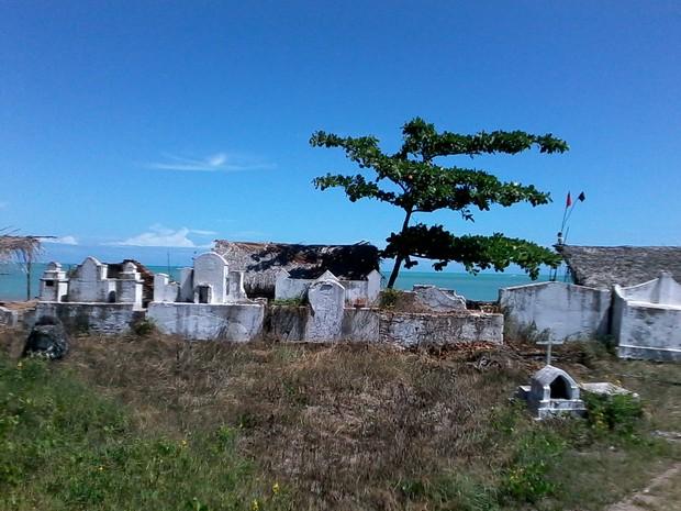Paredão de túmulos foram os poucos que sobraram após a ação do tempo e das marés (Foto: Waldson Costa/G1)