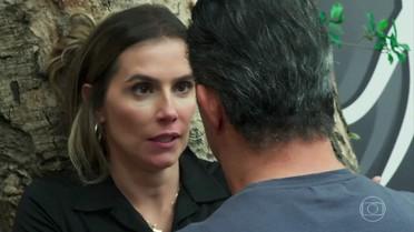 Tânia resiste aos beijos e afasta Ricardo
