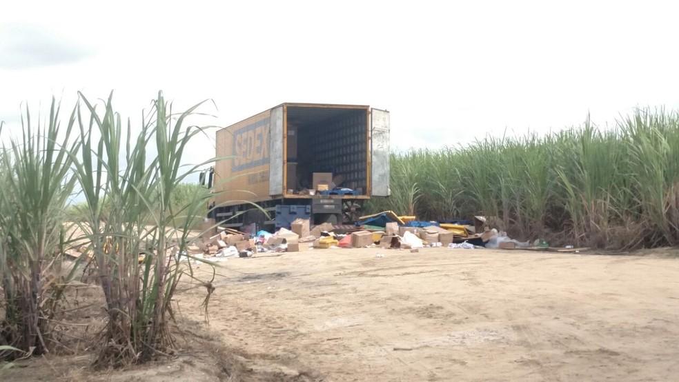 Caminhão dos Correios foi encontrado em estrada vicinal perto da BR-101 Norte, no Grande Recife (Foto: Bruno Grubertt/TV Globo)