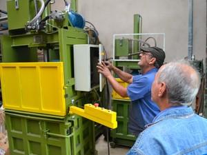 Prensa feita por irmãos em Santa Bárbara gera economia a empresas (Foto: Leon Botão/G1)