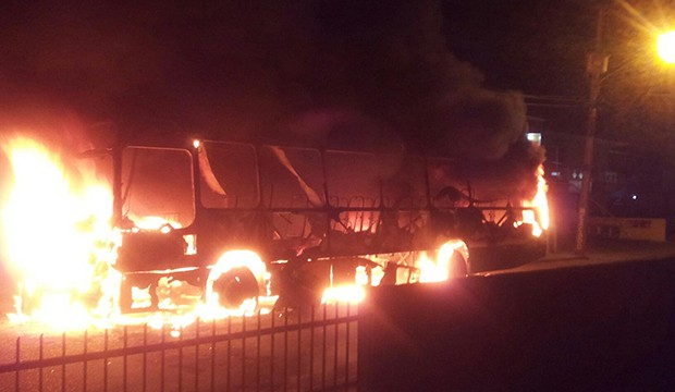 Ônibus foi incendiado no bairro dos Ingleses, em Florianópolis (Foto: Osvaldo Sagaz/ CBN Diário)