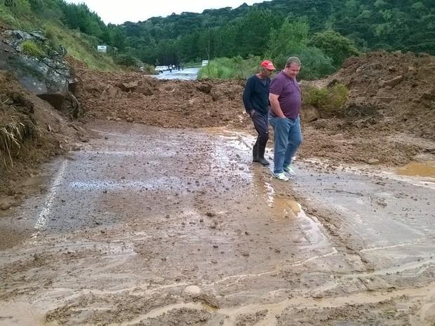 Chuva SC: Deslizamento de terra deixa SC-110 interditada entre São Joaquim e Urubici, na Serra (Foto: SDR São Joaquim/Divulgação)