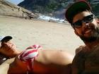 Grávida de gêmeos, Luana Piovani exibe barriguinha na praia
