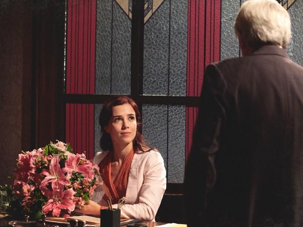 Laura não acredita que o amigo de seu pai esteja se insinuando para ela (Foto: Lado a Lado/TV Globo)