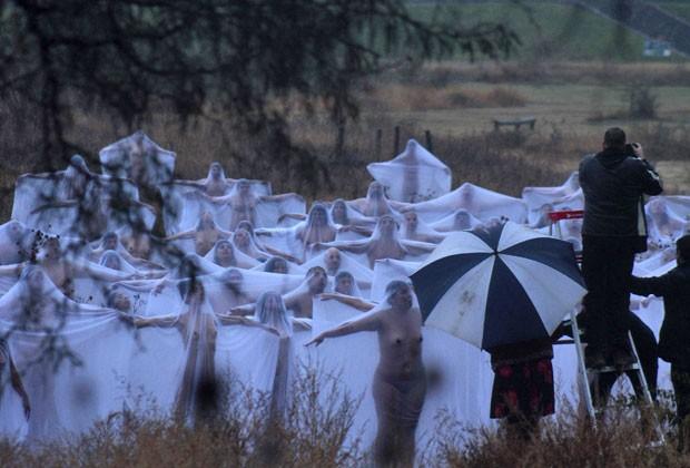 """Os voluntários foram cobertos com lençóis brancos transparentes. A instalação, chamada de """"Espíritos"""", foi realizada no estado mexicano de Guanajuato (Foto: Reuters)"""