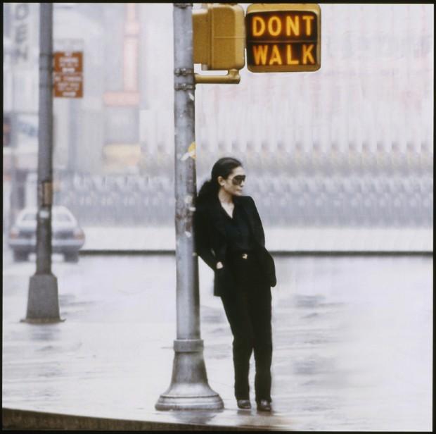 Yoko Ono, still do vídeo Walking On Thin Ice (Andando sobre gelo fino), colagem de Yoko Ono, 1981 (Foto:  ©Yoko Ono)