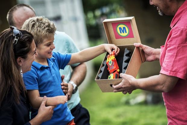 Menino recebe prótese de um membro da Associação para o Estudo e Assistência de Crianças Amputadas (Foto: AFP Photo/Jeff Pachoud)