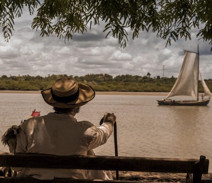 O coronel Jacinto, interpretado por Tarcísio Meira, se deleita com a grandiosidade do rio São Francisco em uma das cenas de 'Velho Chico' (Foto: Caiuá Franco/ Globo)