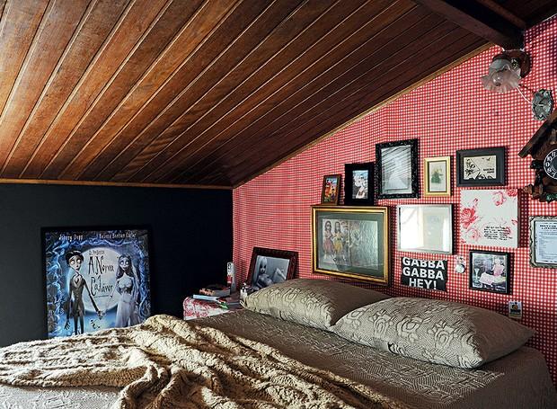 Este quarto fica no sótão da casa. A proprietária, a estilista Patricia Grejanin,  usou tecido vermelho vichy para forrar a parede, que agora está cheia de quadros (Foto: Marcelo Magnani/Casa e Jardim)